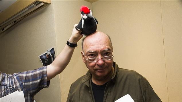 Pierre Gingras avec un pic en peluche sur la tête