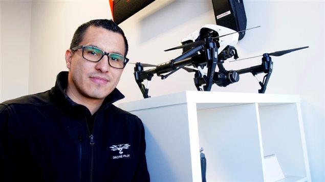 Christian García avec l'un de ses drones