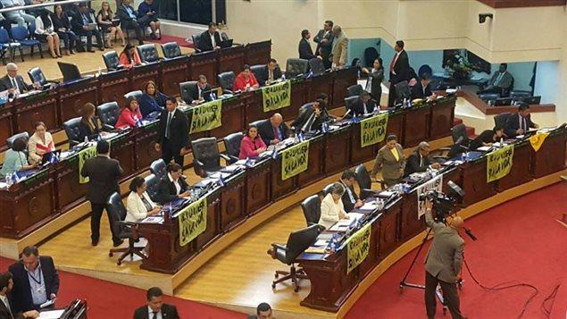 Sesión de la Asamblea legislativa de El Salvador que determinó prohibir la minería metálica en El Salvador.