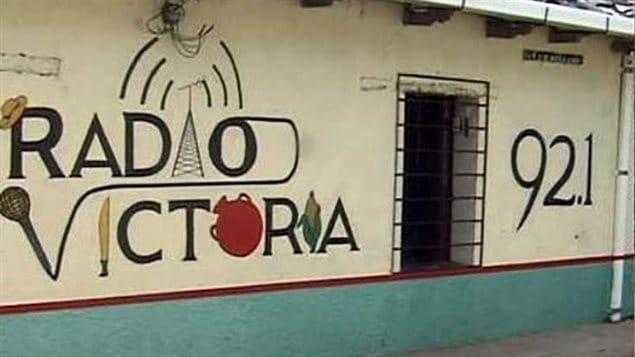 Mural con el nombre de Radio Victoria en el departamento de Cabañas, El Salvador.