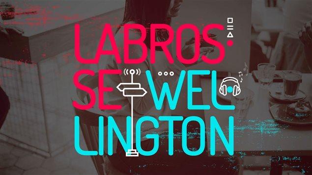 En premier plan le logo de la balado Labrosse-Wellington, en arrière plan, une personne en train de boire un café