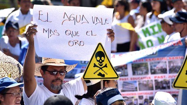 Manifestación en El Salvador en defensa del agua y en oposición a la minería.