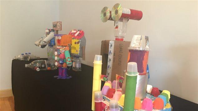 Objets réalisés par les élèves de l'école Leventoux de Baie-Comeau à partir d'objets recyclés, exposés à l'Alternative