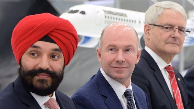 Le ministre de l'Innovation, Navdeep Bains (à gauche), le président et chef de la direction de Bombardier, Alain Bellemare (au centre), et le ministre des Transports, Marc Garneau, étaient présents le mois dernier pour annoncer des prêts fédéraux de 372,5 millions de dollars pour les projets d'avions Global 7000 et CSeries. (Paul Chiasson / Presse canadienne)