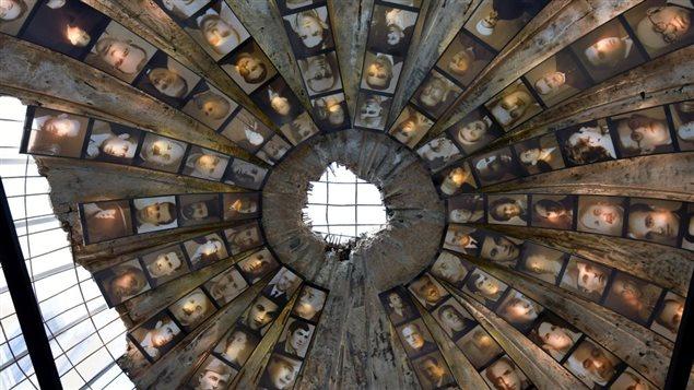 L'entrée d'un tunnel secret à Tirana transformé en un musée recouvert de photographies illustrant des victimes de l'ère communiste.