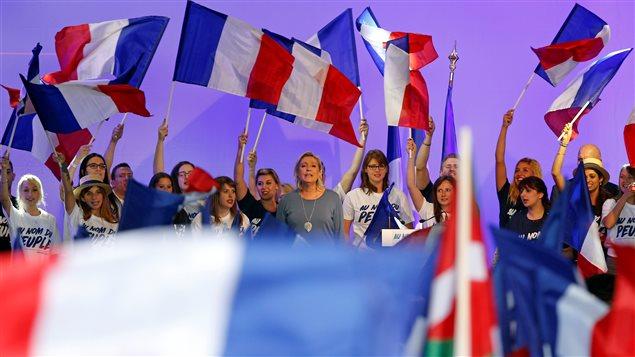 Marine Le Pen, chef du Front national français (FN), chante l'hymne national après un rassemblement politique du FN à Fréjus, en France, le 18 septembre 2016.
