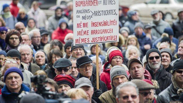 Des manifestants dénoncent les salaires versés aux dirigeants de Bombardier. Photo : La Presse canadienne