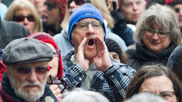 Des manifestants québécois rassemblés en mars dernier à l'extérieur des bureaux de Bombardier à Montréal pour dénoncer des augmentations de salaire et des bonus aux meilleurs dirigeants de l'entreprise Bombardier. (Graham Hughes / The Canadian Press)