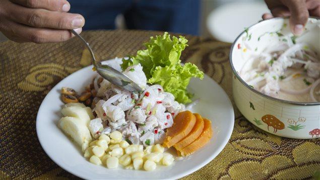 Ceviche peruano listo a satisfacer el paladar.