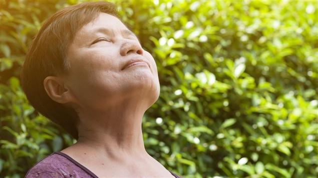 Cette femme prend une grande respiration.
