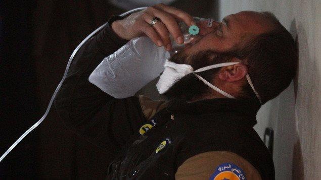 Un membre de la défense civile syrienne reçoit des soins, à la suite d'une possible attaque au gaz chimique dans le nord-ouest de la Syrie, le 4 avril 2017.