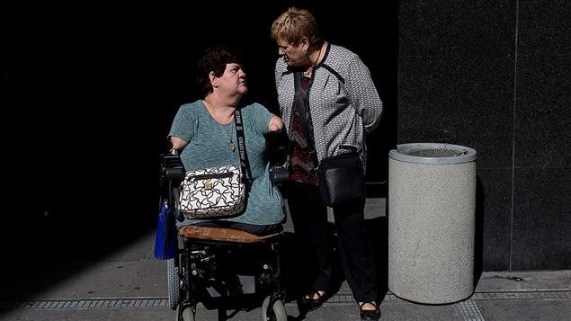 Une victime de la thalidomide lors d'une manifestation en 2015