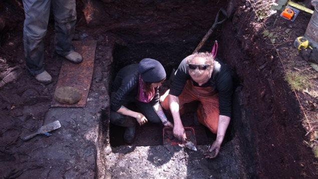 À gauche Alisha Gauvreau en compagnie du Dr Duncan McLaren lors de fouilles archéologiques en Colombie-Britannique.