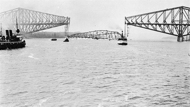 Effondrement de la travée centrale du pont de Québec. 1916. Auteur: A.A. Chesterfield Source: Bibliothèque et Archives Canada