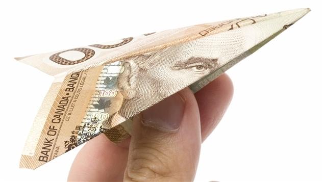 Plus de la moitié des Canadiens n'utilisent presque plus d'argent liquide. La proportion de transactions avec argent en papier n'est plus maintenant qu'environ 35 % à l'échelle canadienne, alors qu'elle était de plus de 50 % il y a quelques années.