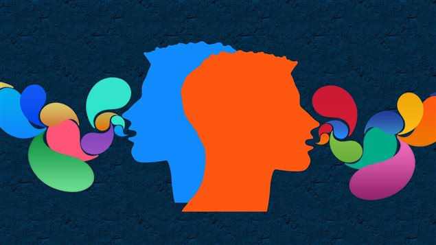 Deux têtes colorées qui parlent avec des bulles de différentes couleurs.
