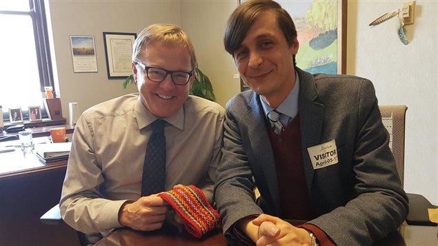 Pierre Asselin a remis une ceinture fléchée au ministre de l'Éducation David Eggen, mercredi 5 avril.