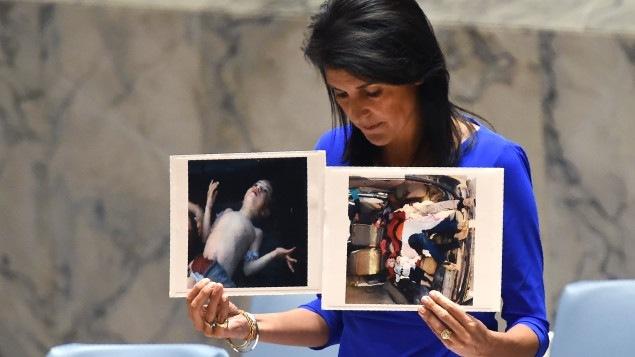 La embajadora estadounidense ante la ONU, Nikki Haley, mostrando imágenes de las víctimas del presunto ataque químico en Khan Cheikhoun, Siria, en los debates en torno al proyecto de resolución de condena al régimen sirio.