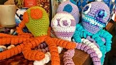 Petites pieuvres en laine pour bébés prématurés
