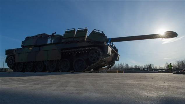 Un char français, qui fait partie d'une mission de l'OTAN.