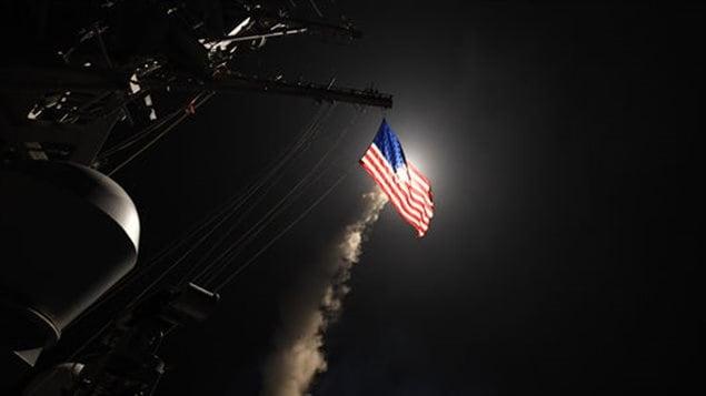 Lanzamiento de un misil Tomahawk contra la base aéra de Shayrat, Siria.