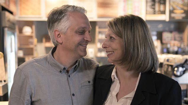 Jean-François Plante et son épouse Sharon se regardent les yeux dans les yeux, l'air amoureux.