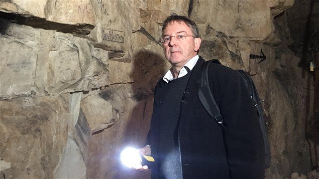 L'historien Yves Le Maner fait visiter les tunnels utilisés par les soldats canadiens durant la bataille de Vimy.