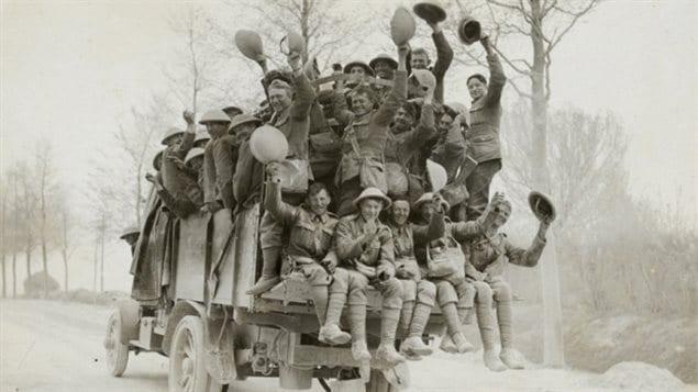 Ces soldats canadiens célèbremt après la capture de la crête de Vimy.(Musée canadien de la guerre)