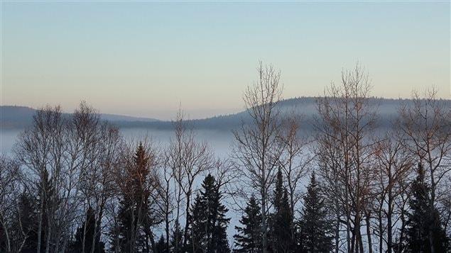 Manawan est sis sur le bord du lac Metabeckeka, recouvert par la neige et la brume mâtinale
