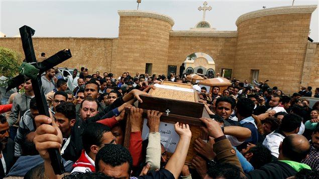 مشهد من مراسم تشييع القتلى الذين سقطوا الأحد الفائت في الهجوم على الكنيسة المرقسية في الإسكندرية في دير مار مينا في المدينة نفسها يوم الاثنين