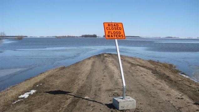 Caminos inundados por los deshielos de la primavera cerca al pueblo de Emerson, Manitoba, punto de entrada de más de 300 refugiados desde principios de año.