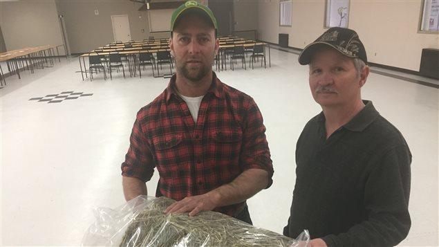 Mitch Deschatelets et Normand Delorme nous présentent une des récoltes en compétition dans le Nipissing aujourd'hui.