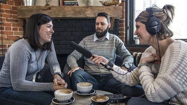 De gauche à droite, assis autour d'une table avec trois tasses de latté, Marie-pier Maheu-Bourassa, Alexandre Lavoie et Jhade Montpetit.