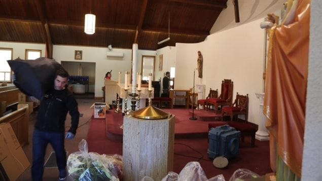 أفراد رعية كنيسة مار يوحنا الإنجيلي الكاثوليكية في تورونتو يقومون اليوم بتنظيفها من آثار حريق أمس.