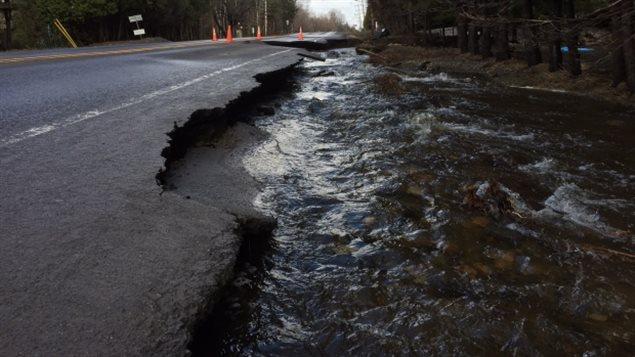Une partie de la route 341, également connue sous le nom du Boulevard Pontbriand à Rawdon, est fermée après une inondation qui a provoqué l'effondrement de la route. (Jay Turnbull / CBC)