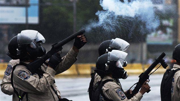 La Guardia Nacional venezolana dispersa con gases lacrimógenos una manifestación antichavista el jueves 13 de abril 2017.