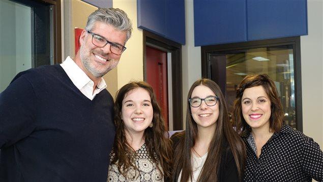 Justine Veilleux et Sabryna Laroche, de l'école secondaire Hormidas-Gamelin, ainsi que leur professeur Yannick Francoeur.