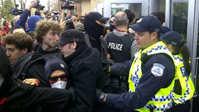 Des manifestants tentent d'entrer à l'intérieur de l'UQO