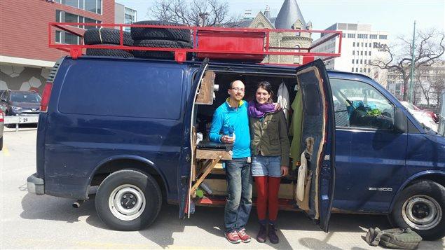 Audrey Broggini et Laurent Metais devant leur camion aménagé traversant l'Ouest du pays