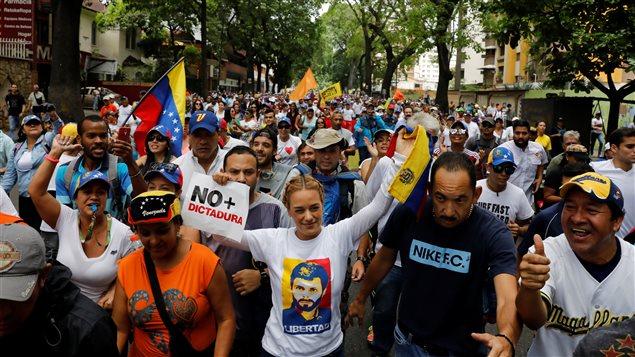 Lilian Tintori (centro), esposa del Lepoldo Lopez, participa en la