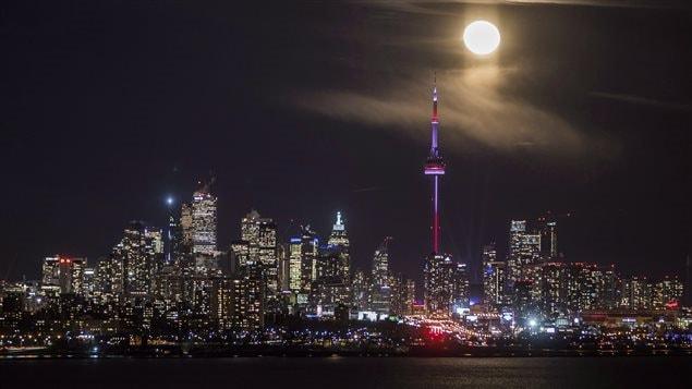 Toronto, la plus grande ville du Canada, se situe dans le sud-est de notre pays et c'est la cinquième ville la plus peuplée en Amérique du Nord avec une aire métropolitaine qui compte plus de 6 millions et demi d'habitants. C'est une des plus importantes places financières dans le monde qui vient au septième rang au monde sur le plan de la capitalisation boursière. – Mike Flyinch PC