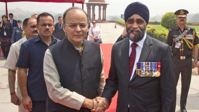 Le ministre indien de la Défense Arun Jaitley (à gauche) avec son homologue canadien Harjit Sajjan, le 18 avril 2017.