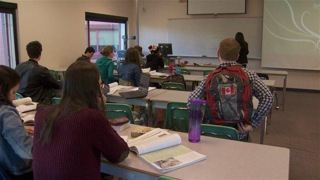 Des élèves du CSF dans une classe.
