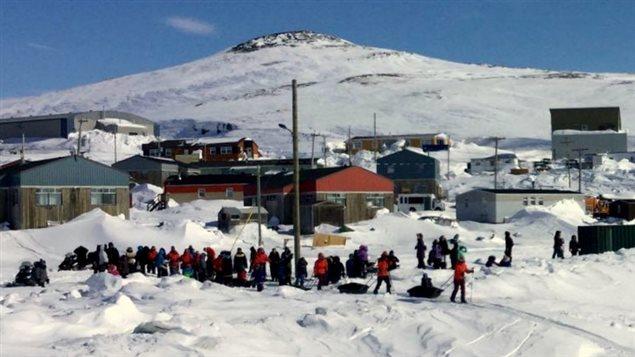 Escena de la partida de una de las travesías de los jóvenes caribúes en Nunavik, Quebec.