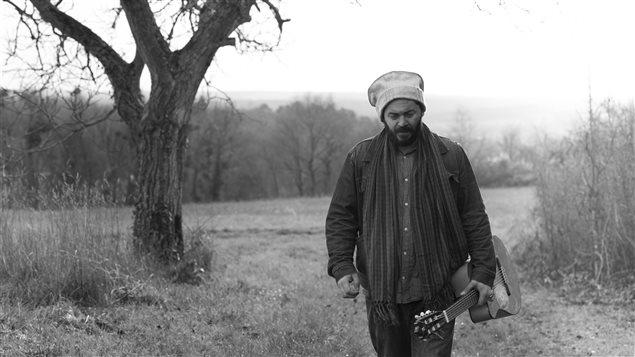 الفنّان الكنديّ الجزائريّ ناجيم بويزول مؤسّس فريق لبيس الموسيقي