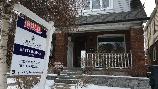 Symbole de la flambée des prix à Toronto : cette petite maison jumelée de l'est de la ville s'est vendue 1,1 million de dollars plus tôt ce mois-ci. Photo : Radio-Canada/Michel Bolduc