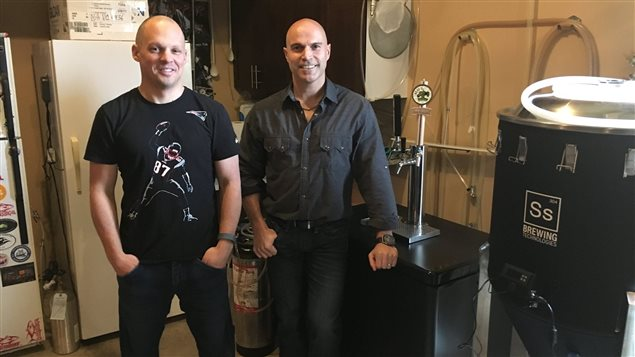 Serge Nadeau et Serge Basque, entourés de leur équipement pour faire de la bière