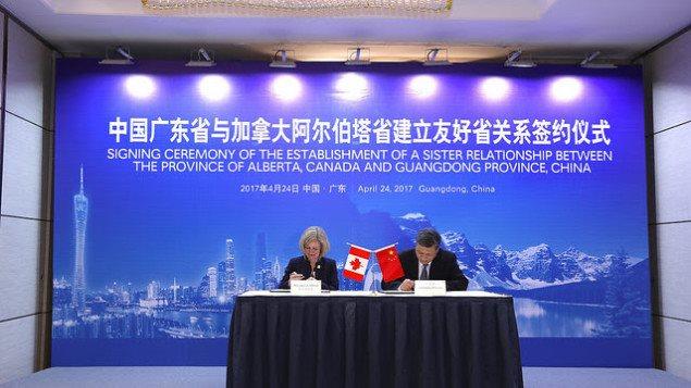 La primera ministra de Alberta, Rachel Notley firma un acuerdo de relación comercial entre su provincia y la provincia de Guangdong, con el gobernador Ma Xingrui.