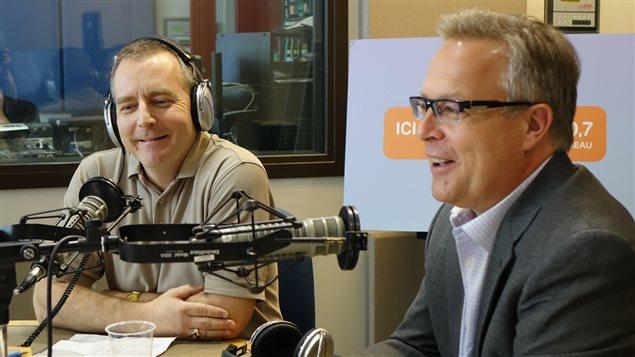 Denis Godin, directeur des opérations de 'Aero 150' et le chef d'antenne Daniel Bouchard.