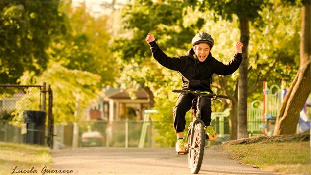 Luka s'amuse sur son vélo